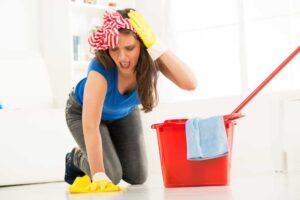 Come eliminare la patina opaca dal pavimento