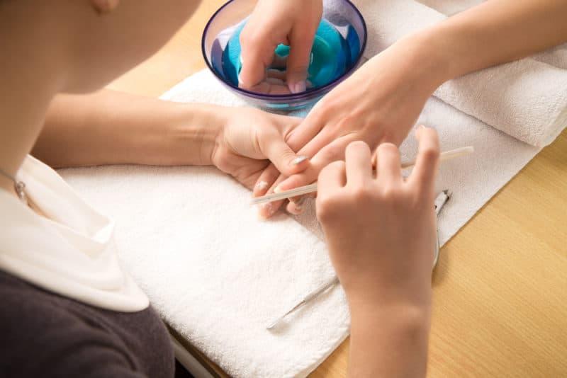 eliminare il gel della ricostruzione dalle unghie