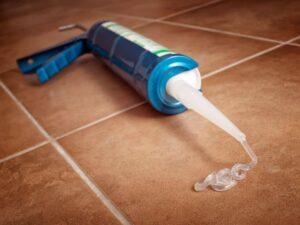 Trucchi e consigli per eliminare lo stucco dalle - Togliere silicone dalle piastrelle ...