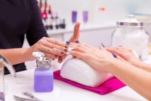 unghie che si spezzano causa troppi trattamenti