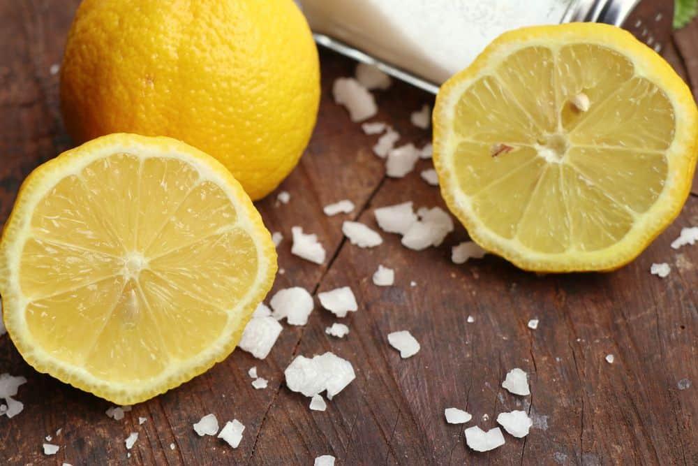 mix sale, limone e acqua per togliere macchie sul divano