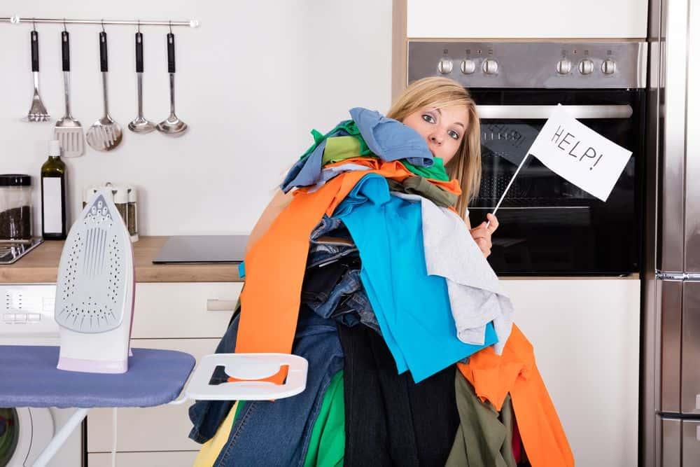 pulizie di casa da fare ogni settimana, stirare e riordinare i panni