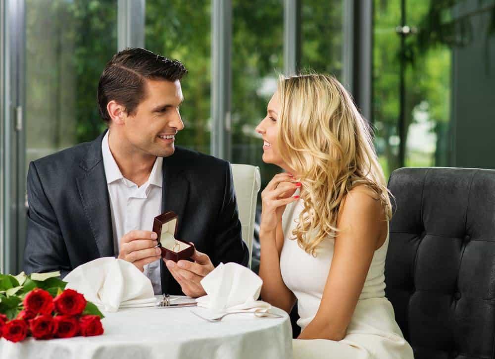 festeggiare anniversario di matrimonio cena a lume di candele, regalo gioiello