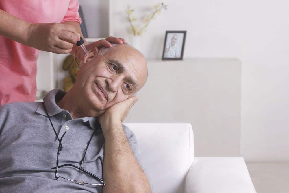 Pulizia delle orecchie con le gocce emollienti